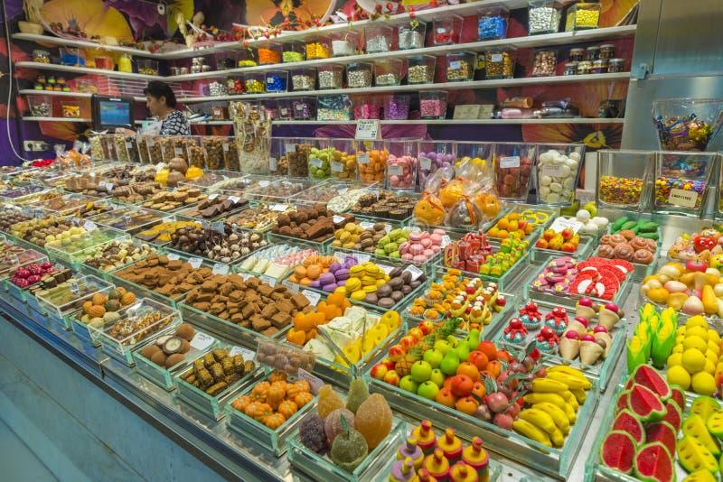 Süßwarenladen im La Boqueria, Barcelona lizenzfreie stockbilder