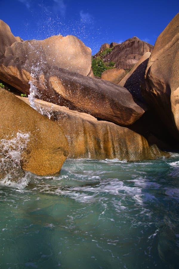 Süßwasser, das über die Felsen zum Ozean fließt lizenzfreie stockfotografie