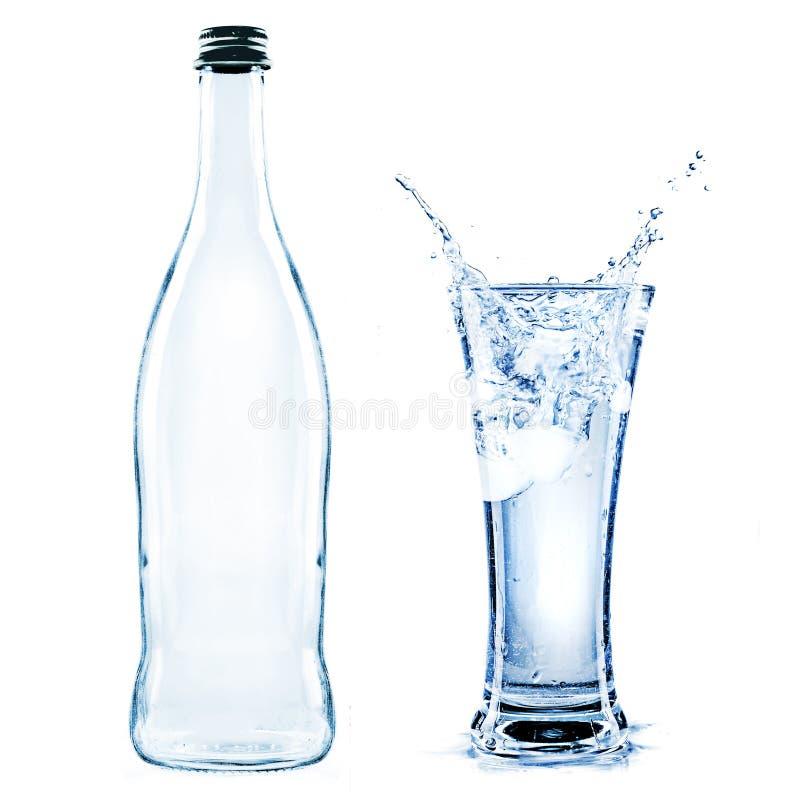 Süßwasserspritzen in einem Glas stockbild