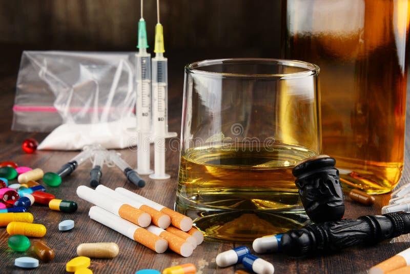 süchtig machende Substanzen, einschließlich Alkohol, Zigaretten und Drogen lizenzfreie stockfotos