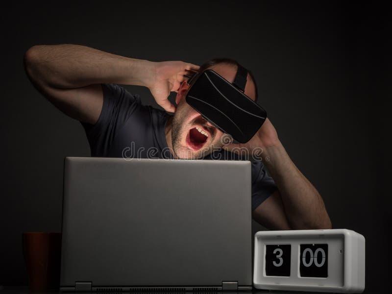 Süchtiger Mann der Technologie mit Geistesstörungen stockbild