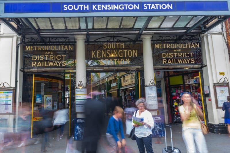 Süd-Kensington-Station an einer Hauptverkehrszeit in London, Vereinigtes Königreich lizenzfreies stockbild