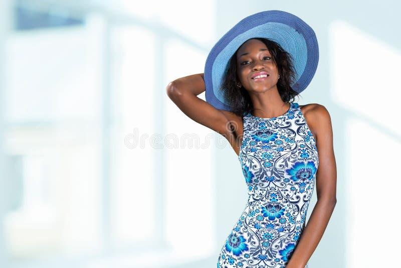 Südafrikanische Frau im blauen Hut stockfoto