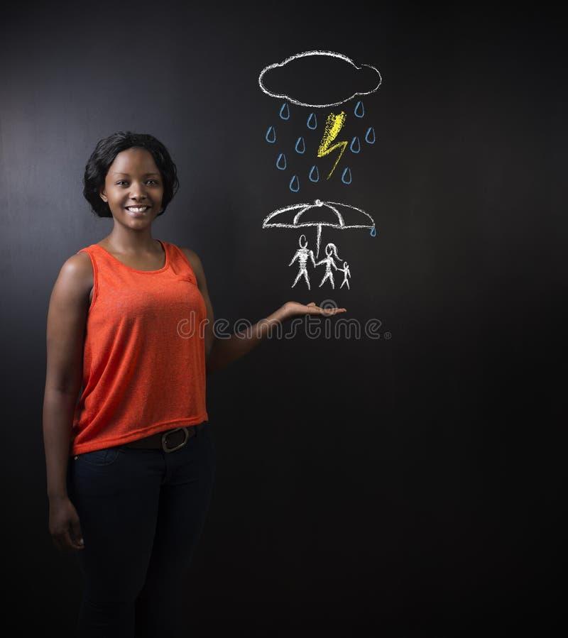 Südafrikanische oder Afroamerikanerlehrerin oder -geschäftsfrau, die an schützende Familie von der Naturkatastrophe denken stockfotografie