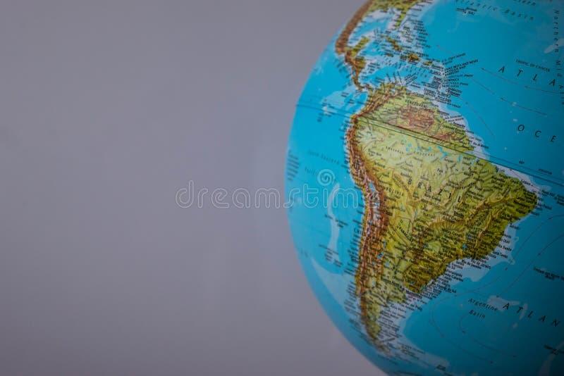 Südamerika-Karte auf einer Kugel mit einem weißen Hintergrund stockbilder