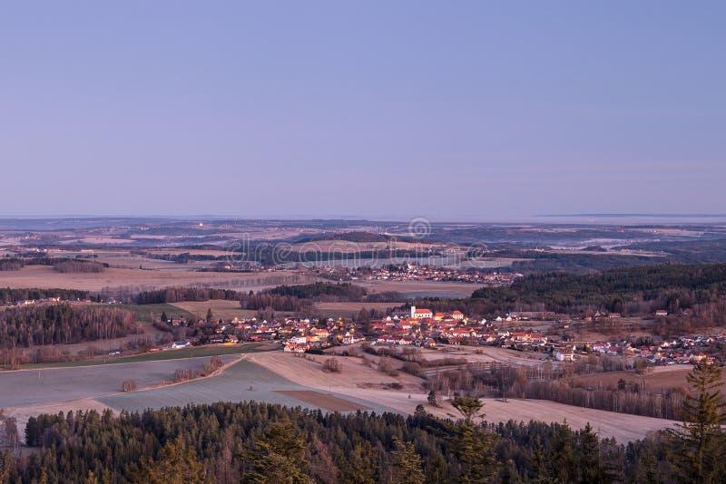 Südböhmisches Dorf mit Kirche stockbilder