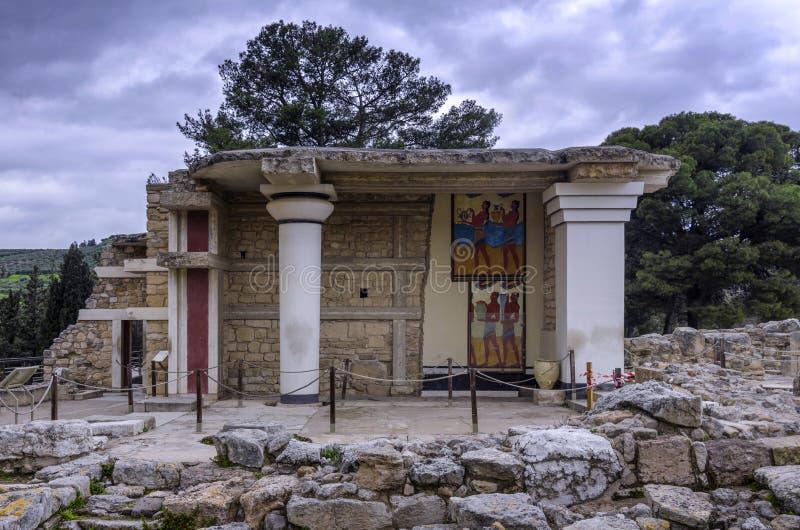 Süden Propylaeum stellte Gebäude mit den zwei Freskos an der archäologischen Fundstätte von Knossos wieder her stockfoto
