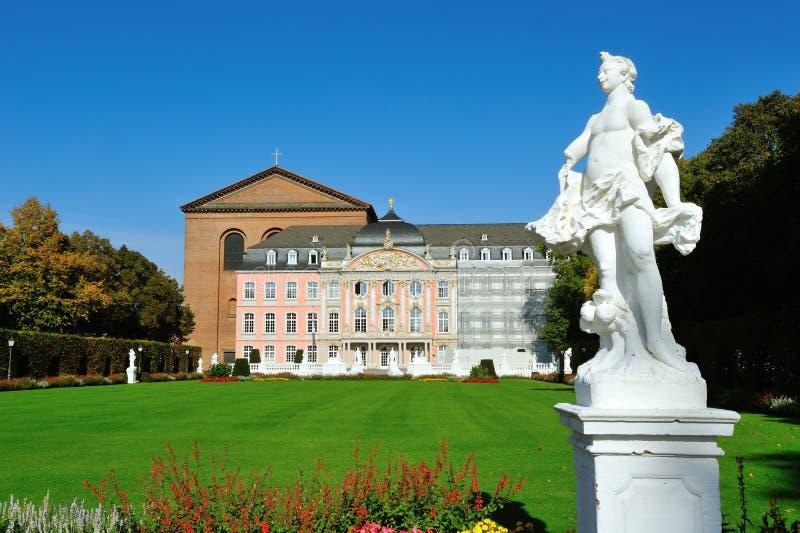 Südflügel von Prinz-Wähler Palast im Trier, Deutschland stockfotos