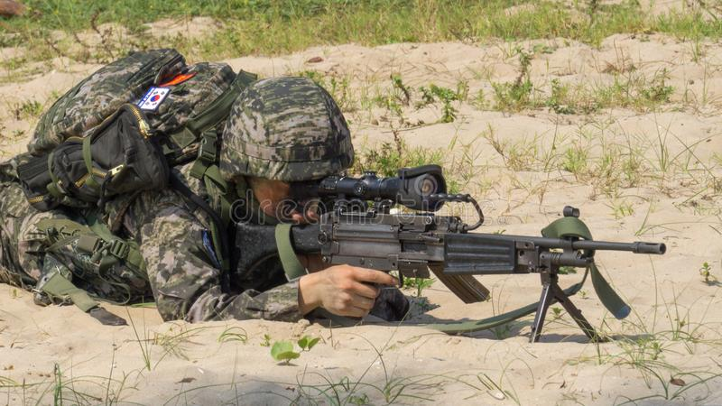Südkorea-Infanteristzielgewehr für Ziel nach Land auf dem Strand lizenzfreies stockbild
