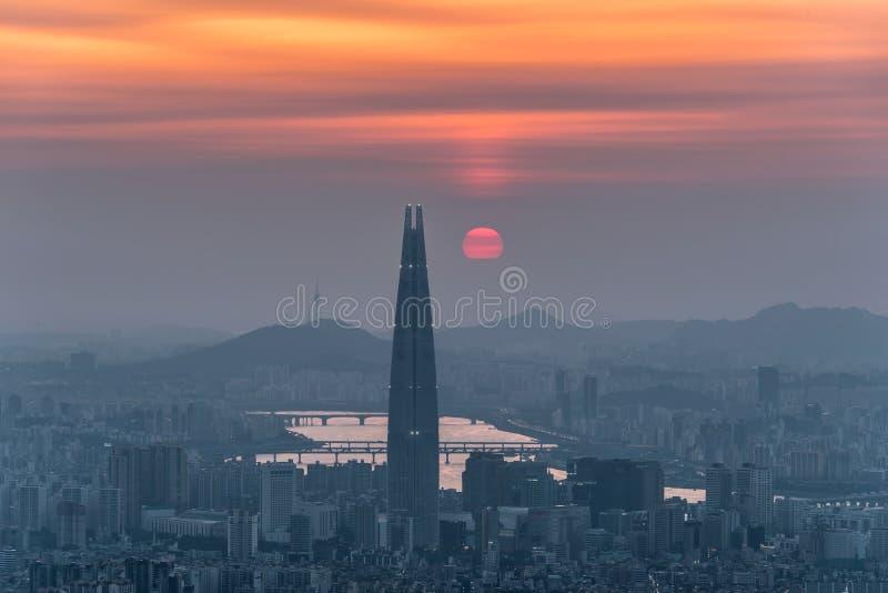 Südkorea-Skyline von Seoul, die beste Ansicht von Südkorea mit Lotte-Weltmall an Namhansanseong-Festung lizenzfreie stockfotos