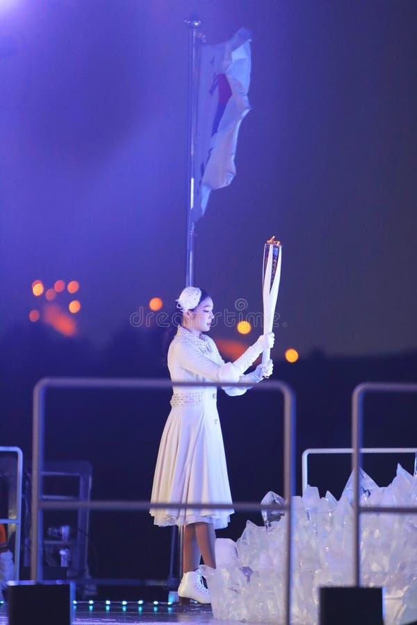 Südkoreanischer Eiskunstlaufmeister Yuna Kim beleuchtete den olympischen großen Kessel an den 2018 Winter Olympics, die Ceremonys lizenzfreies stockbild