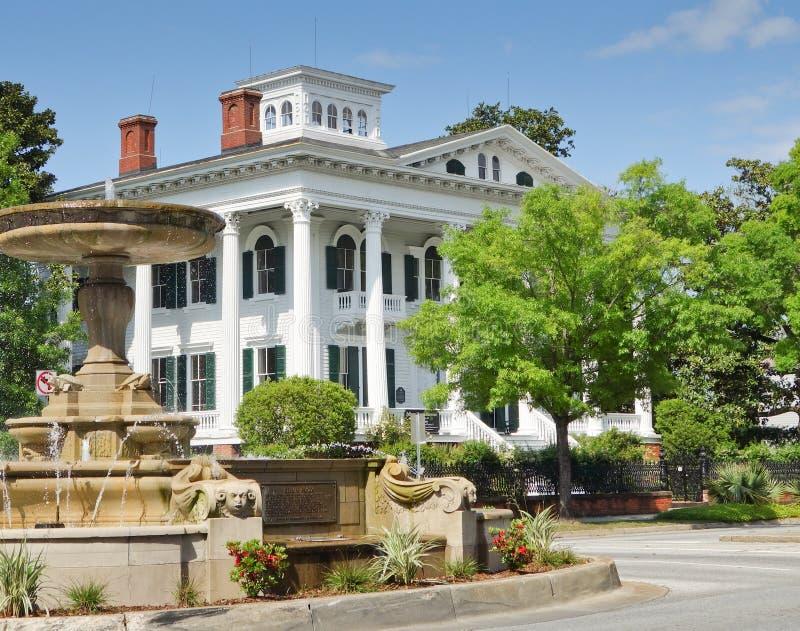 Südliche USA-Villa mit Brunnen. lizenzfreies stockbild