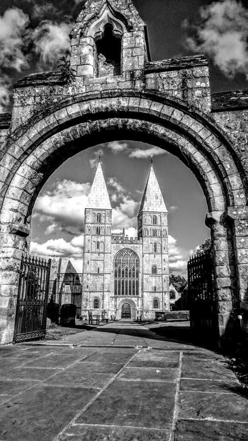 Südmittelalterlicher Minister über Gateway betrachtet stockfotografie