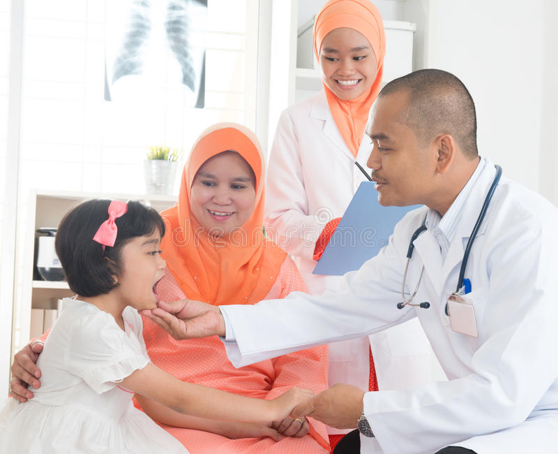 Südostasiatischer Arzt und Patient stockfotos