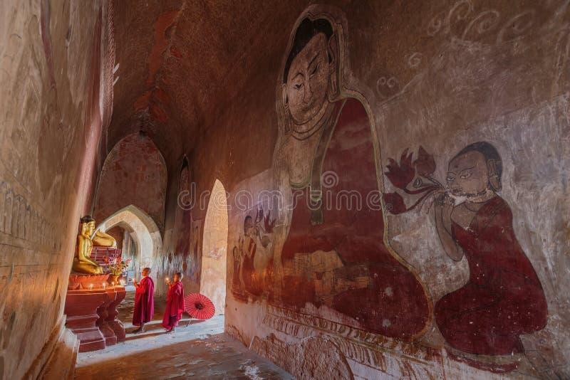 Südostasiatischer Neophyt, der mit Kerzenlicht in einem Buddihis betet lizenzfreie stockfotografie
