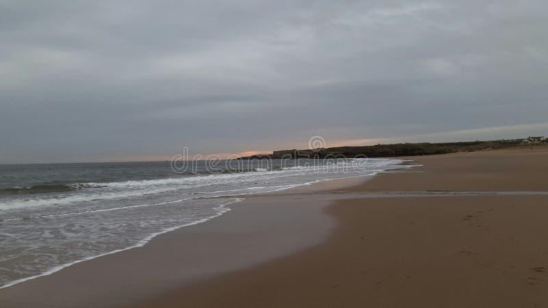 Südschilder setzen Tyne- und Abnutzungskönigreich-Küste auf den Strand lizenzfreie stockfotos