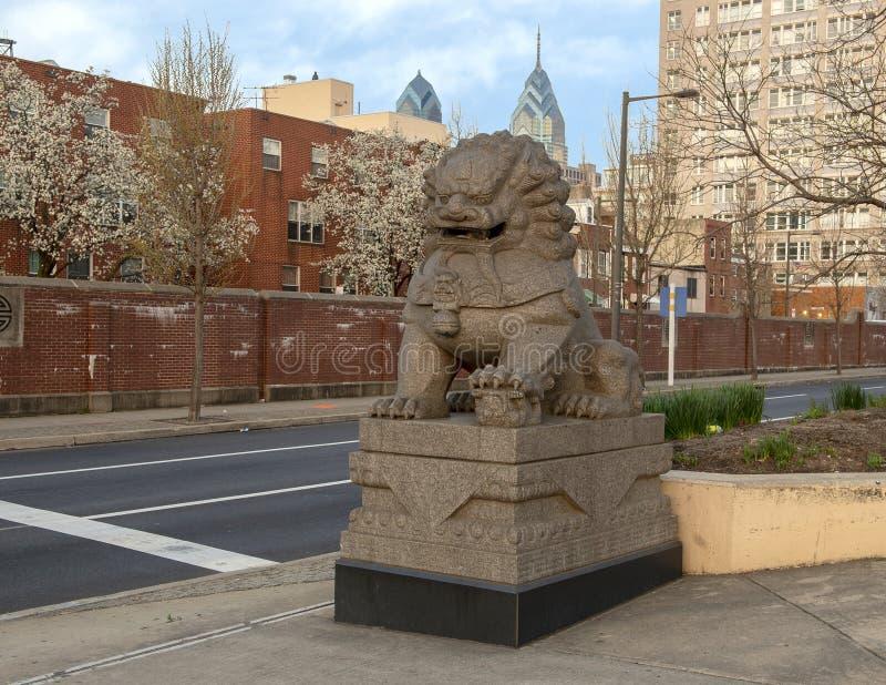 Südseite weiblicher Foo Dog-Skulptur der 10. Straßen-Piazzas, Philadelphia, Pennsylvania lizenzfreie stockfotografie
