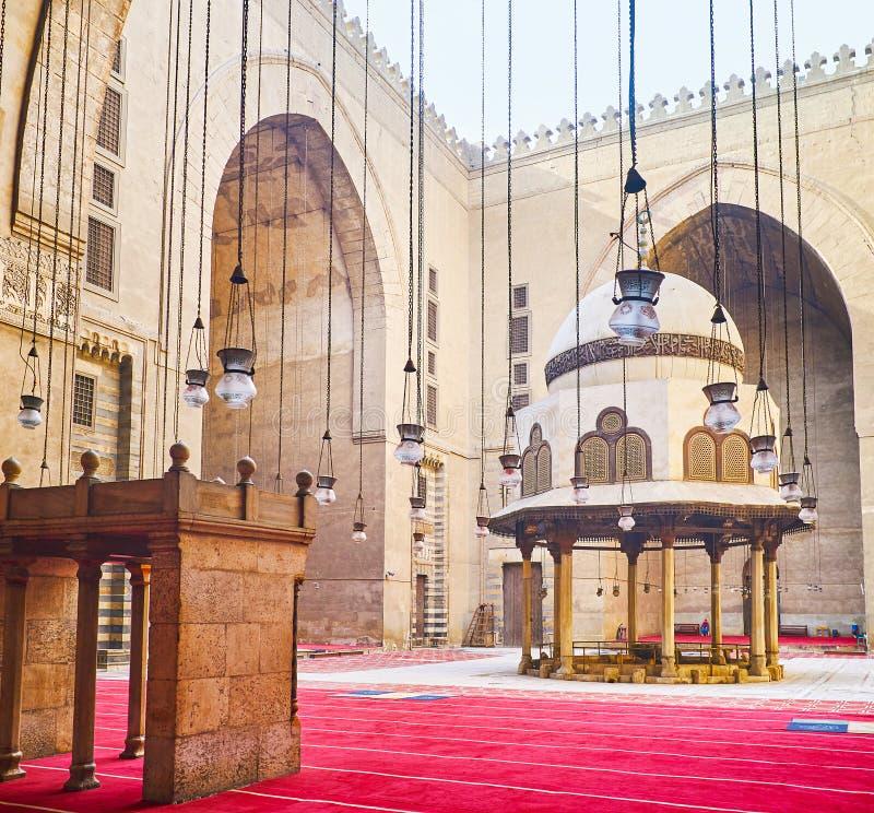 Sąd sułtanu Hassan meczet przez nafcianych lamp, Kair, zdjęcia stock