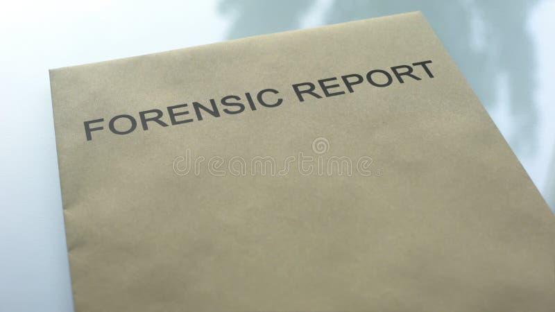 Sądowy raport, falcówka z znacząco dokumentami kłama na stole, dochodzenie fotografia royalty free