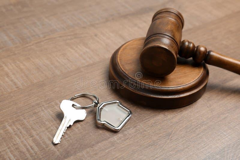 Sądzi młoteczek i mieści klucz na drewnianym tle, zbliżenie Nieruchomości prawa pojęcie obrazy royalty free
