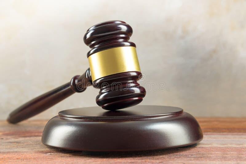 Sądzi młoteczek i rozsądną deskę na drewnianym biurku, sprawiedliwość symbol i obraz royalty free