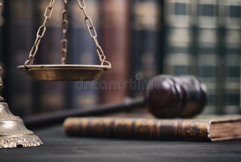 Sądzi młoteczek i Waży sprawiedliwość na czarnym drewnianym tle, prawo książki zdjęcie royalty free