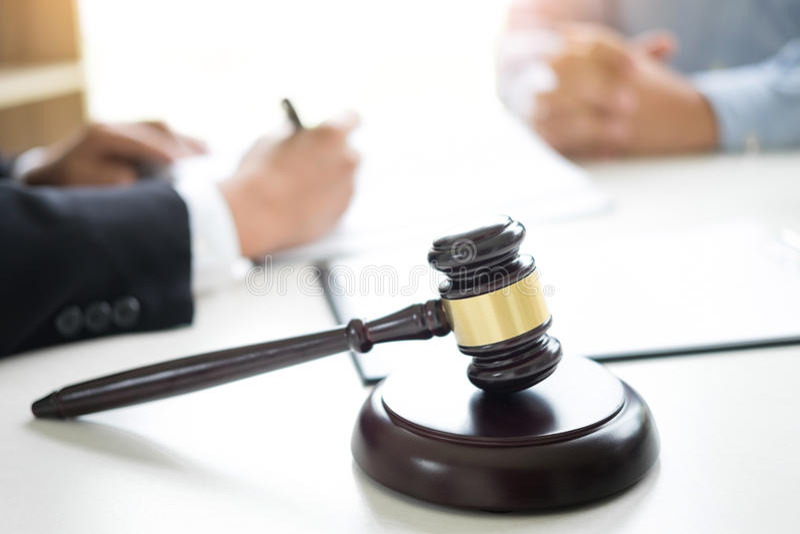 Sądzi młoteczek legalny przy firmą prawniczą w tle z prawnik rada zdjęcie royalty free