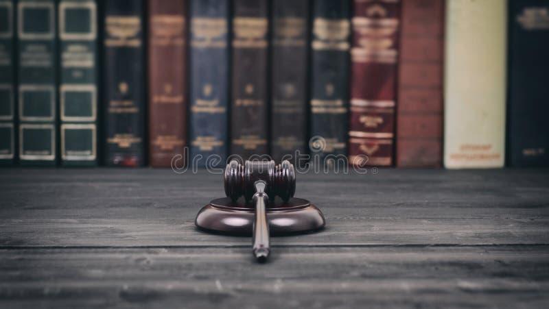 Sądzi młoteczek na czarnym drewnianym tle przed prawo biblioteką fotografia royalty free