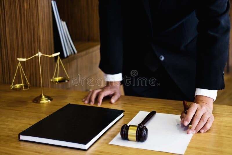 Sądzi młoteczek z sprawiedliwość prawnikami, biznesmenem w kostiumu lub prawnikiem, zdjęcia stock