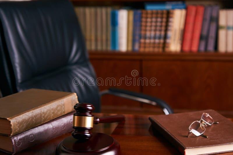 Sądzi ` s dobniaka na drewnianym stole lub młoteczek zdjęcie royalty free