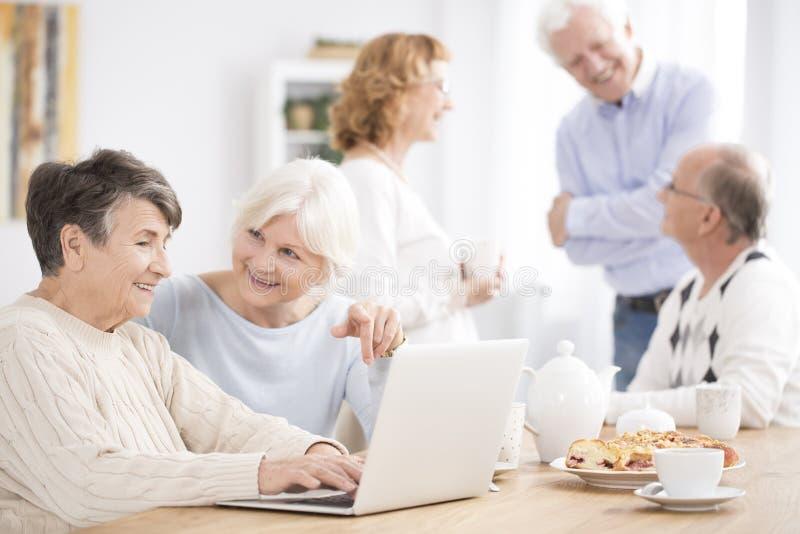 Sąsiad pomaga stara kobieta zdjęcie stock