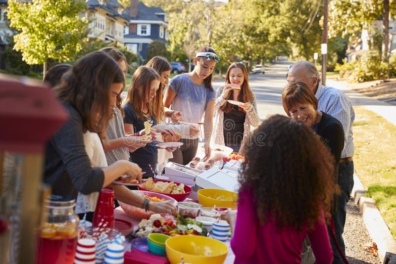 Sąsiad stoi wokoło stołu przy blokowym przyjęciem zdjęcia royalty free