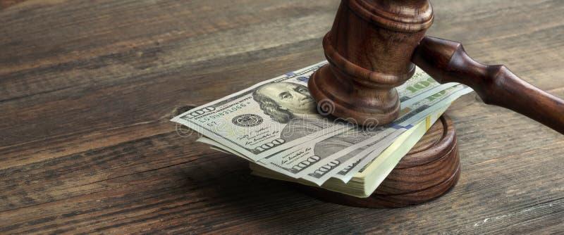 Sędziów młoteczek, Soundboard I plik pieniądze Na stole, zdjęcia stock