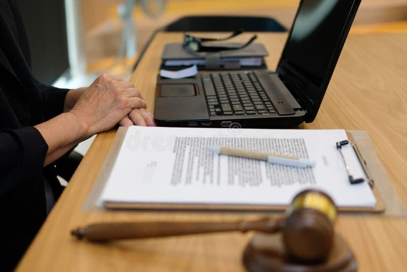 sędzia praca z dokumentem legalny prawo młoteczek przy sala sądową prawnik a obraz royalty free