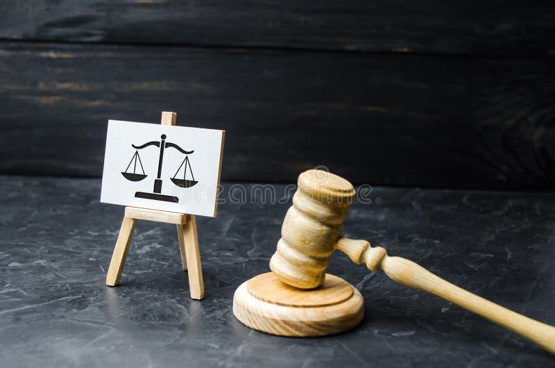 Sędziego młot i skala znak Pojęcie sąd i sądownictwo, sprawiedliwość Szacunek dla dóbr mężczyzna i mieszkaniec fotografia royalty free
