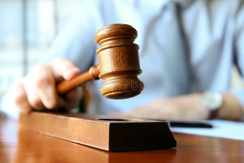 Sędziego mienia młoteczek W sala sądowej zdjęcie stock