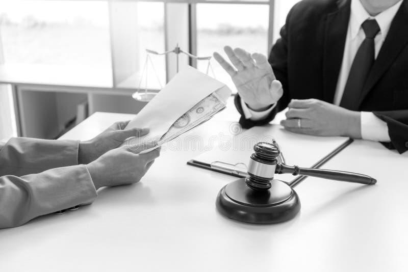 Sędziego prawnik mówić nie przekupywać pieniądze ja obraz royalty free
