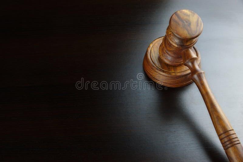 Sędziowie Lub licytatora orzech włoski młoteczek Na Czarnym stole obraz stock