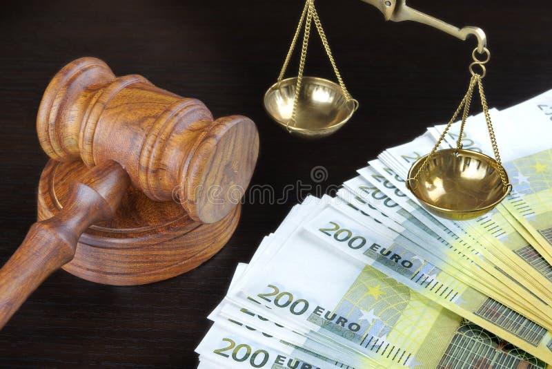 Sędziowie młoteczek, skala sprawiedliwość I euro gotówka Na stole, zdjęcia stock