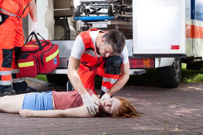 Słóżba ratownicza pracuje na ulicie zdjęcie stock