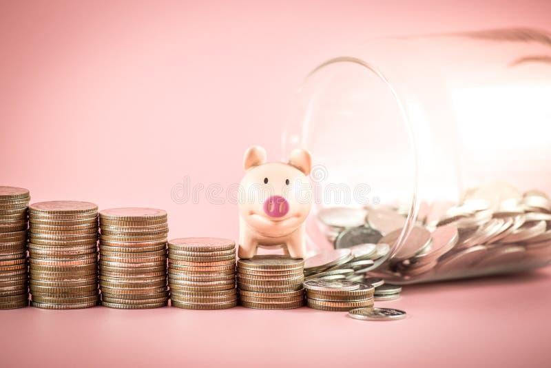 Słój dla ratować pieniądze pojęcie z prosiątko bankiem i stos Kreatywnie pomysły biznesowy planowanie, sukces w przyszłości obrazy stock