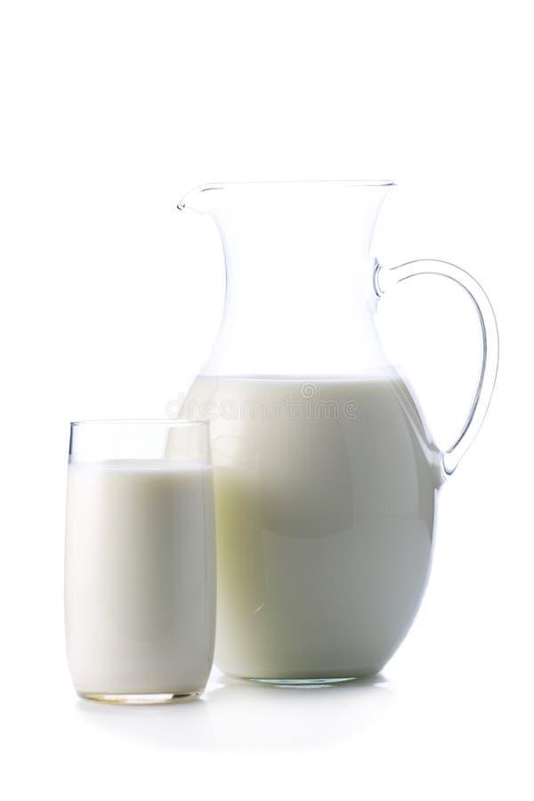 Słój i szkło z niektóre mlekiem odizolowywającym na bielu obrazy royalty free