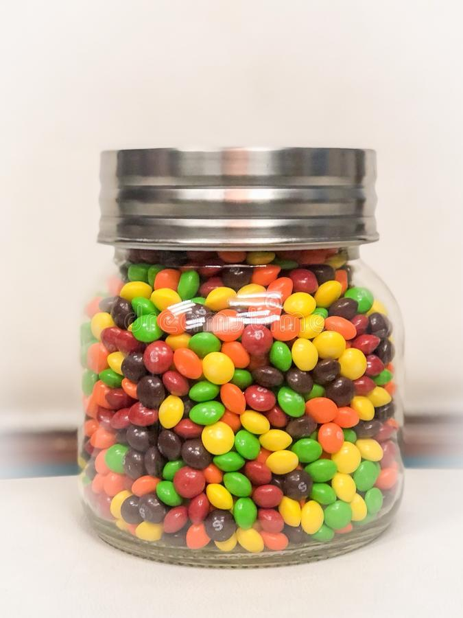 Słój Kolorowy cukierek na Białym tle zdjęcie stock