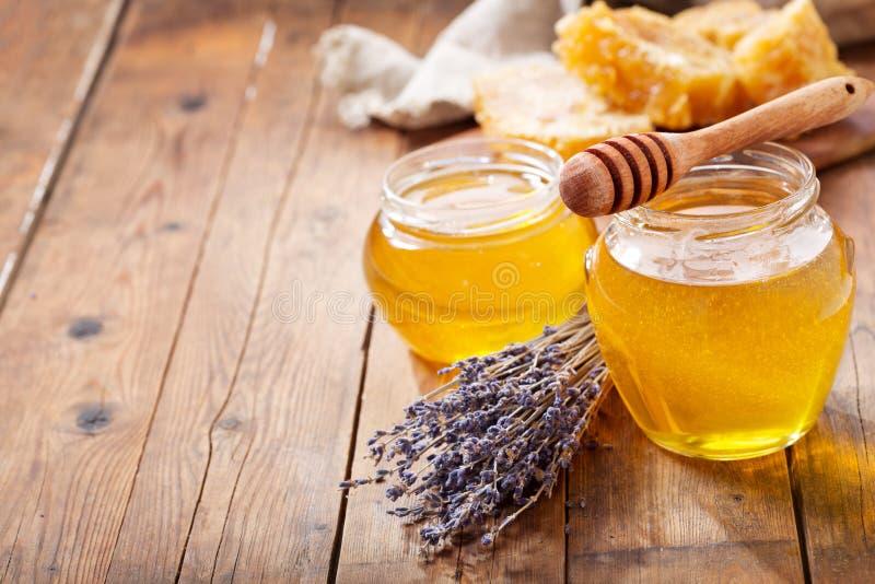 Słój lawendowy miód z honeycombs zdjęcia stock