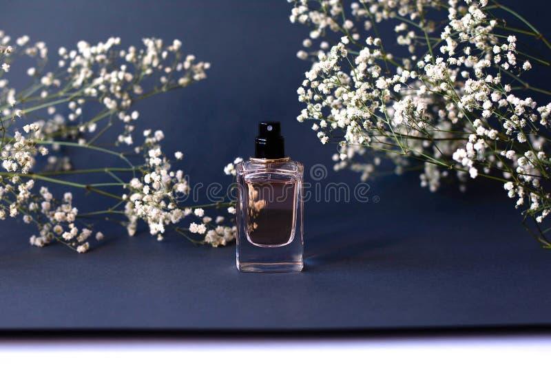 Słój pachnidło na czarnym tle z łyszczec zdjęcie stock