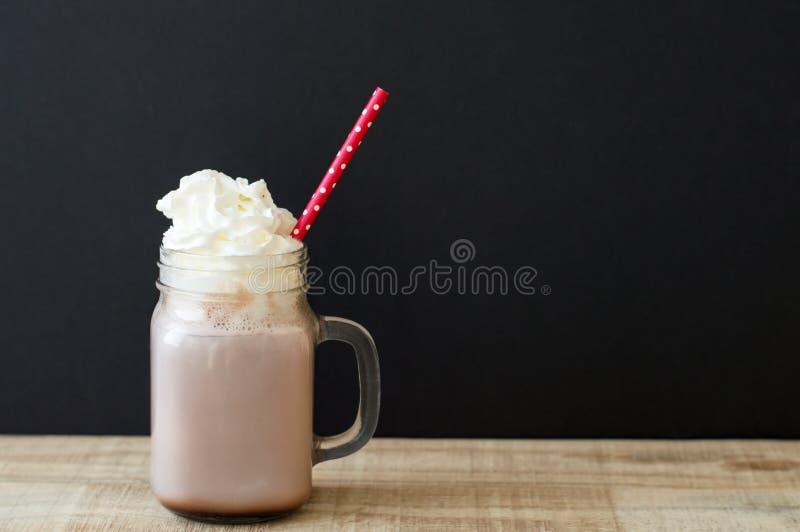 Słój z gorącej czekolady napojem z wipped śmietanką zdjęcie royalty free