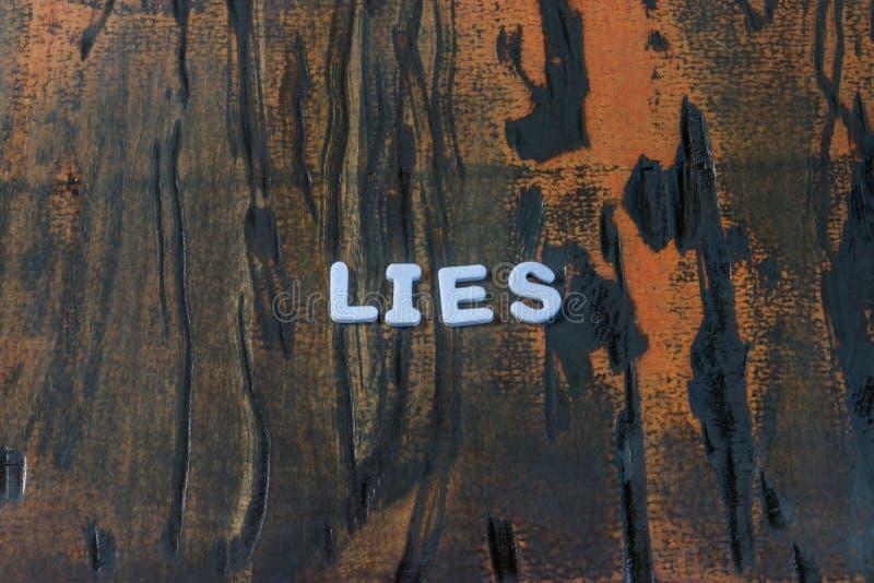 Słów kłamstwa pisać w białych blokowych listach zdjęcia royalty free