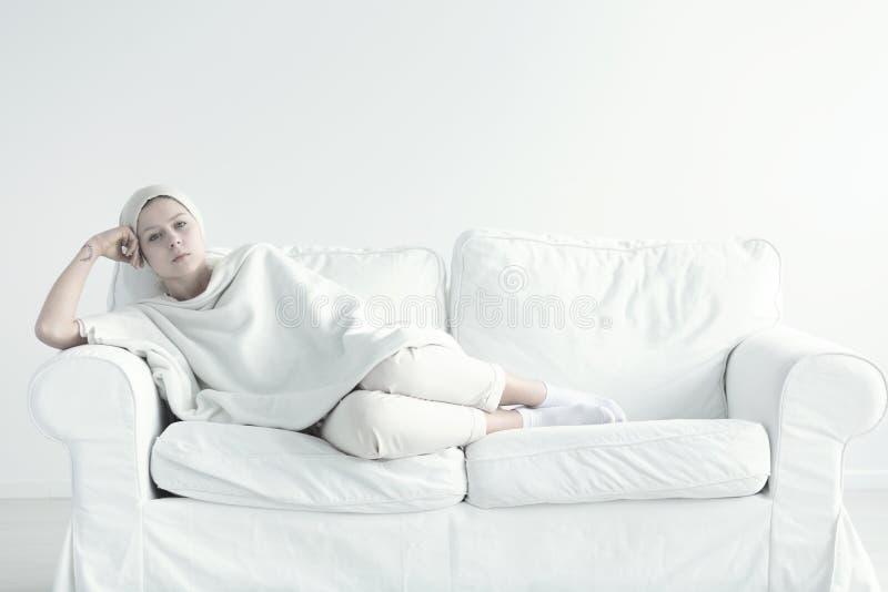 Słaba kobieta podczas chemoterapii zdjęcie royalty free