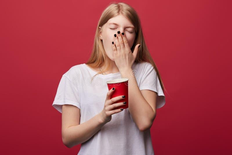 Słaba młoda kobieta z zamknięty oczu ziewać obrazy stock