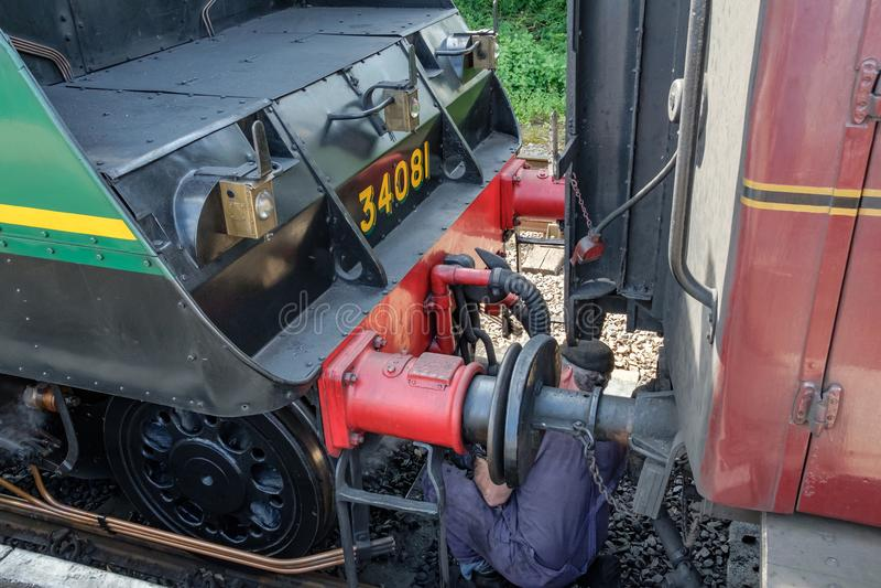 Sławna Brytyjska Parowa lokomotywa widzieć z swój kierowcą z kierowcą chłodzi w górę pasażerskiego kolejowego frachtu, zdjęcie royalty free